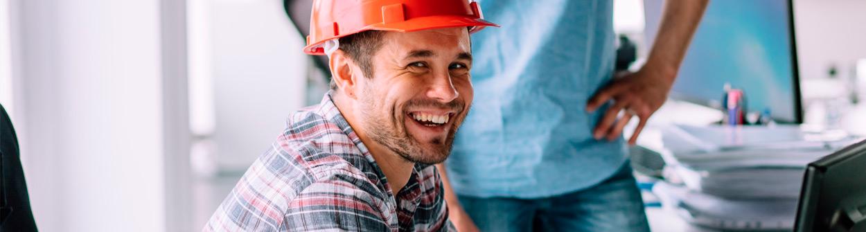 Arbeiter mit Helm im Büro